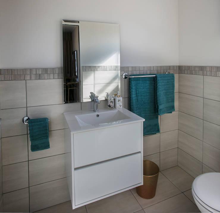 En-suite Bathroom:  Bathroom by Spegash Interiors