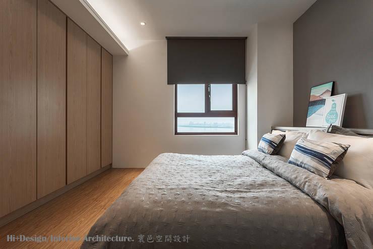 主臥室全景:  臥室 by Hi+Design/Interior.Architecture. 寰邑空間設計