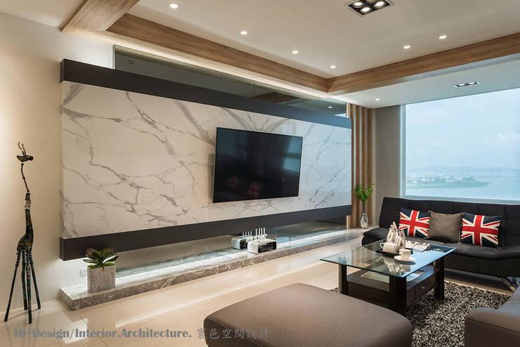 客廳電視牆:  客廳 by Hi+Design/Interior.Architecture. 寰邑空間設計