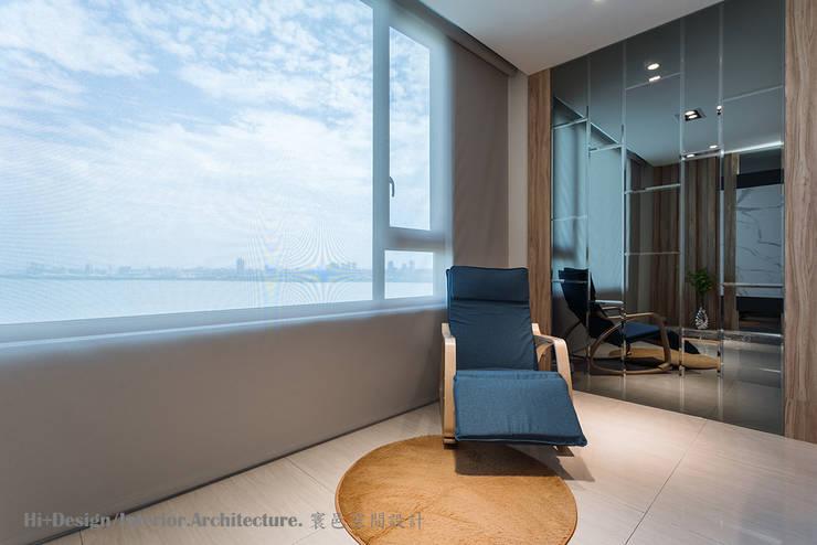 客廳閱讀角:  客廳 by Hi+Design/Interior.Architecture. 寰邑空間設計