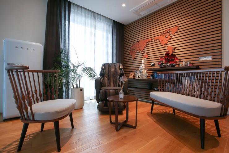 작은 라운지공간, 미니 가족실, 사잇공간: 다빈710의  거실,모던