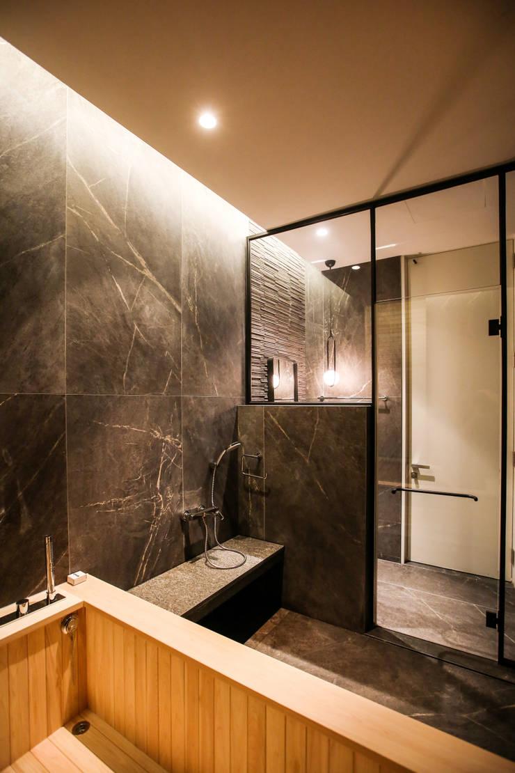 가족욕실, 샤워 공간: 다빈710의  욕실,모던 타일