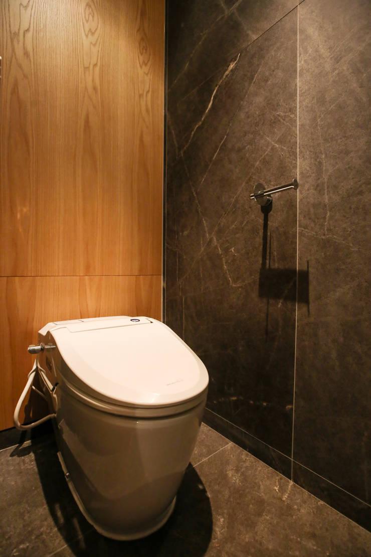 화장실, 우드 패널: 다빈710의  욕실,모던 우드 우드 그레인