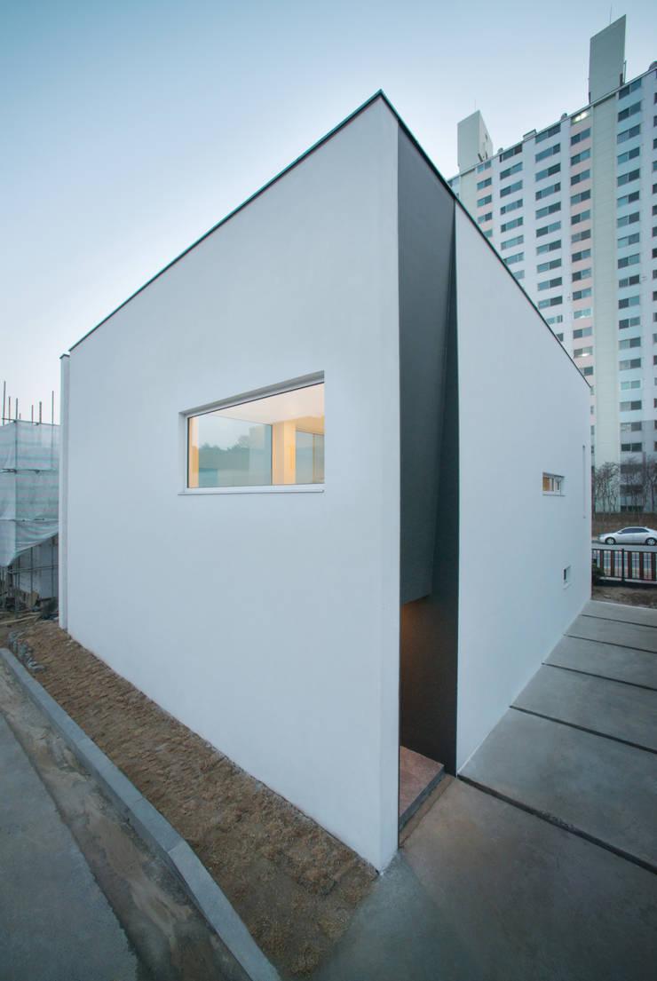 White Cube: ARCHIRIE의  주택,모던