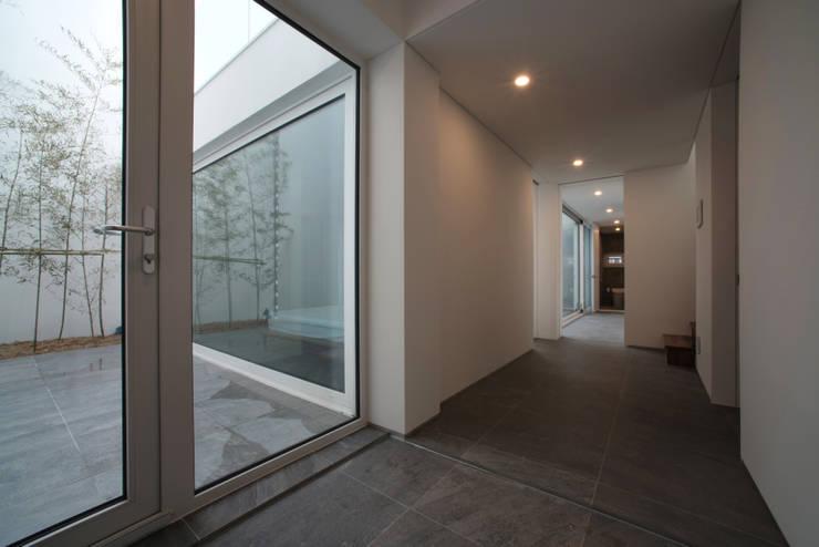 Ingresso & Corridoio in stile  di ARCHIRIE
