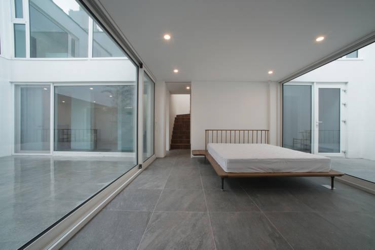White Cube: ARCHIRIE의  침실,모던