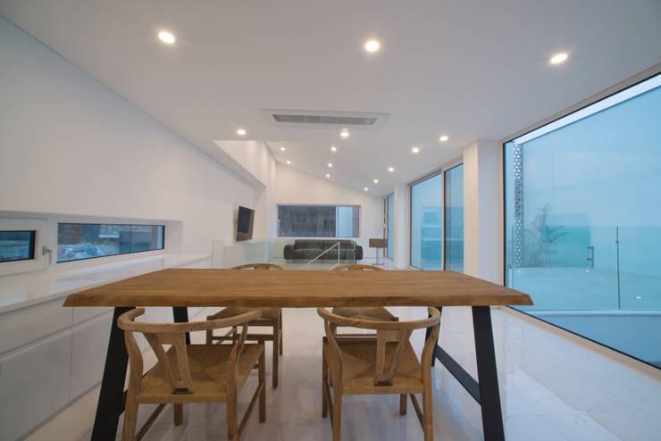 Sala da pranzo in stile  di ARCHIRIE
