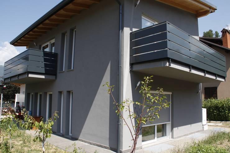 Casa in legno - provincia di Bergamo: Case in stile  di BENDOTTI ZAMBONI Tecnici Associati