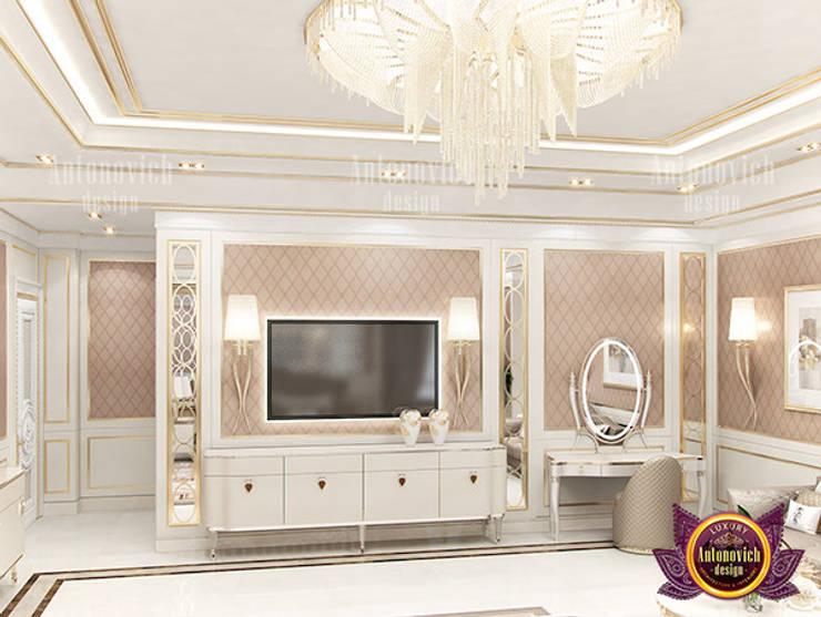 Posh Lady Bedroom:   by Luxury Antonovich Design