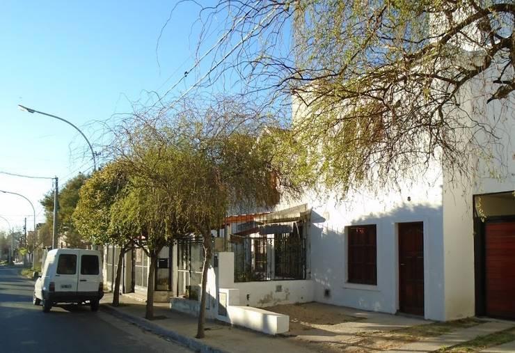 COMPLEJO DE DOS UNIDADES DE VIVIENDA: Casas multifamiliares de estilo  por arq5912  Arquitectura y Construcción