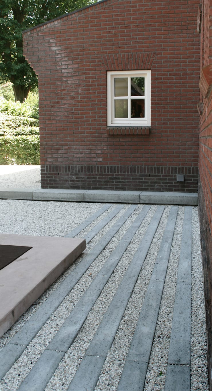 ​Classical feel:  Garage/shed by Andredw van Egmond  |  designing garden and landscape