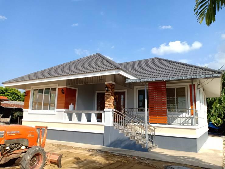 บ้านพักอาศัยชั้นเดียว ขนาด 3 ห้องนอน 2 ห้องน้ำ 1 รับแขก 1 ครัว พื้นที่รวม 105 ตรม.:   by แบบบ้านออกแบบบ้านเชียงใหม่