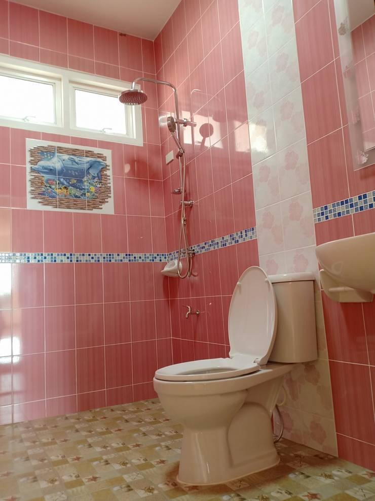 บ้านพักอาศัยชั้นเดียว ขนาด 3 ห้องนอน 2 ห้องน้ำ 1 รับแขก 1 ครัว พื้นที่รวม 105 ตรม.:  ห้องน้ำ by แบบบ้านออกแบบบ้านเชียงใหม่