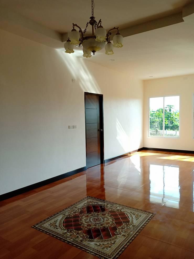 บ้านพักอาศัยชั้นเดียว ขนาด 3 ห้องนอน 2 ห้องน้ำ 1 รับแขก 1 ครัว พื้นที่รวม 105 ตรม.:  หน้าต่างและประตู by แบบบ้านออกแบบบ้านเชียงใหม่