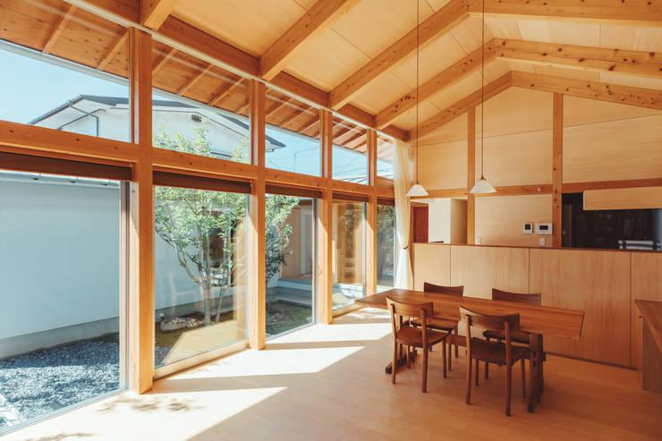 倉のある家: 稲山貴則 建築設計事務所が手掛けたダイニングです。