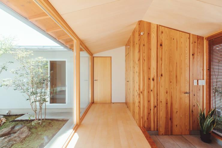 倉のある家: 稲山貴則 建築設計事務所が手掛けた廊下 & 玄関です。