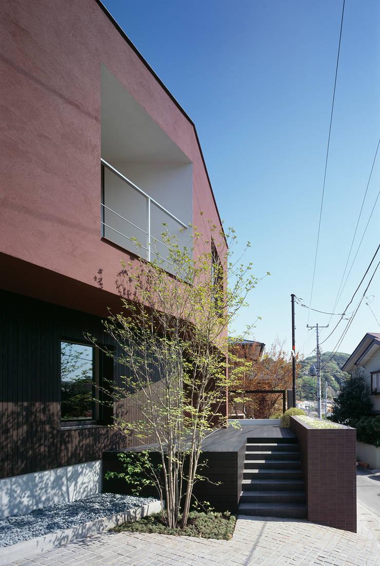 Casas unifamiliares de estilo  por 松岡淳建築設計事務所, Asiático