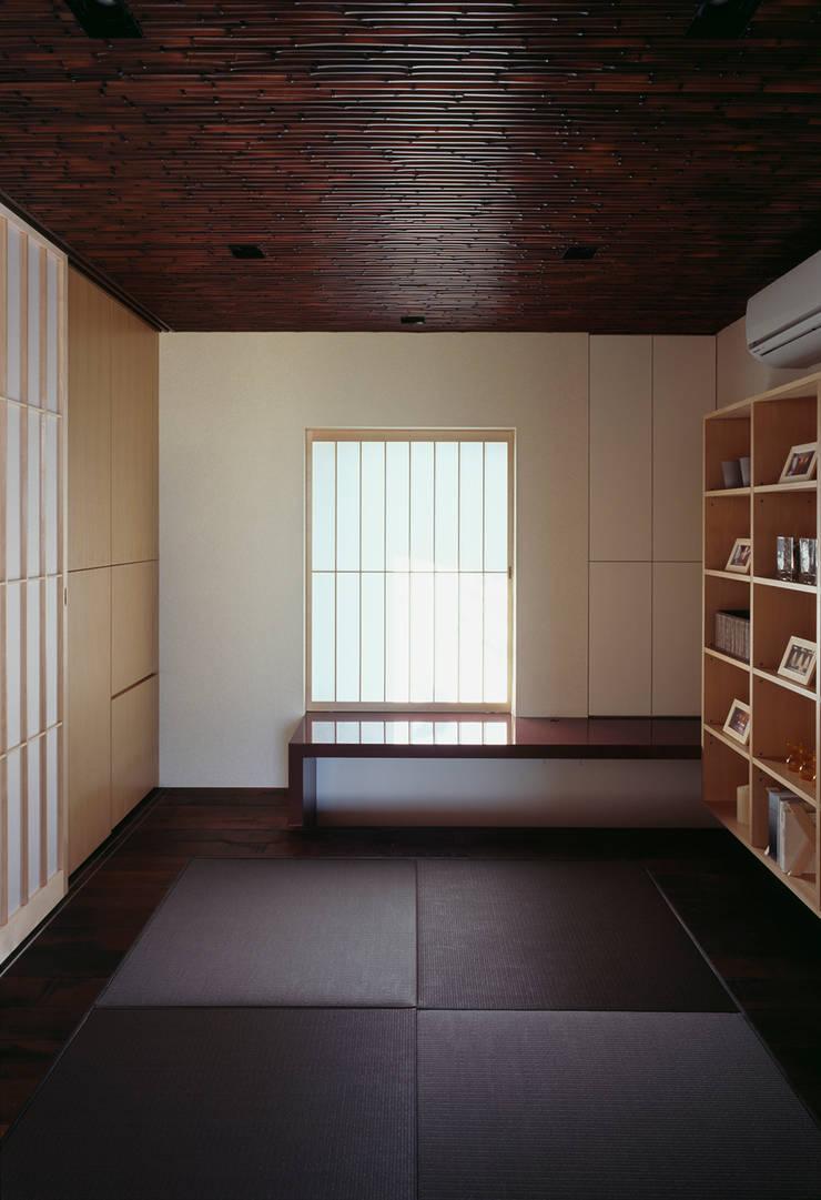 Oficinas de estilo  por 松岡淳建築設計事務所, Asiático