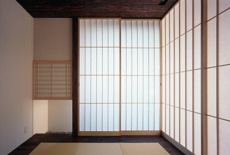 Salas de entretenimiento de estilo  por 松岡淳建築設計事務所, Asiático
