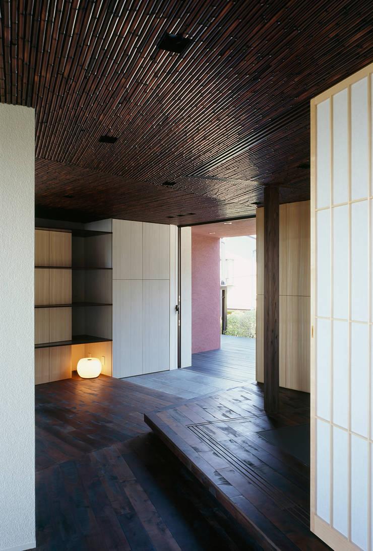 Pasillos y vestíbulos de estilo  por 松岡淳建築設計事務所, Asiático