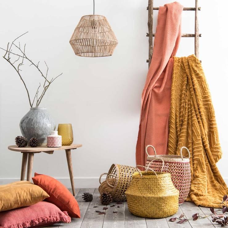 Lámpara de techo de fibra vegetal: Salones de estilo  de MAISONS DU MONDE compra de muebles y accesorios para el hogar online