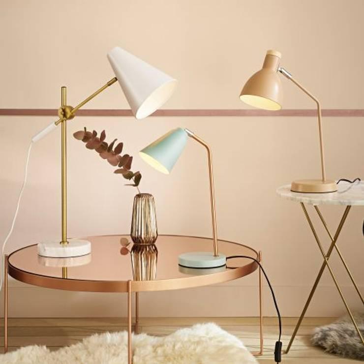 Lámpara de escritorio de metal rosa: Salones de estilo  de MAISONS DU MONDE compra de muebles y accesorios para el hogar online