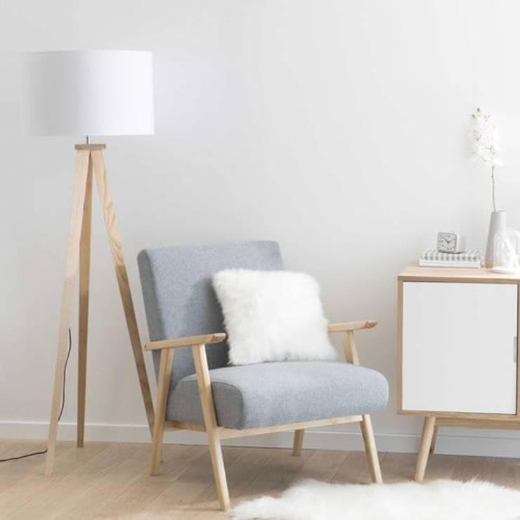 Lámpara con tres pies de madera y pantalla blanca: Salones de estilo  de MAISONS DU MONDE compra de muebles y accesorios para el hogar online