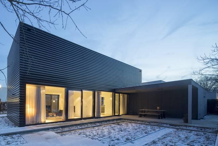 Ontwerp vrijstaand woonhuis particulier :  Garage/schuur door JMW architecten