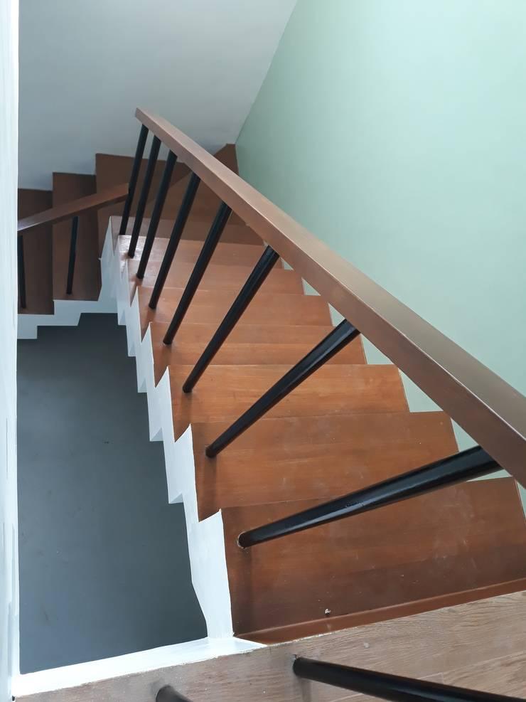 AURORA HOUSE:  Stairs by ezpaze design+build