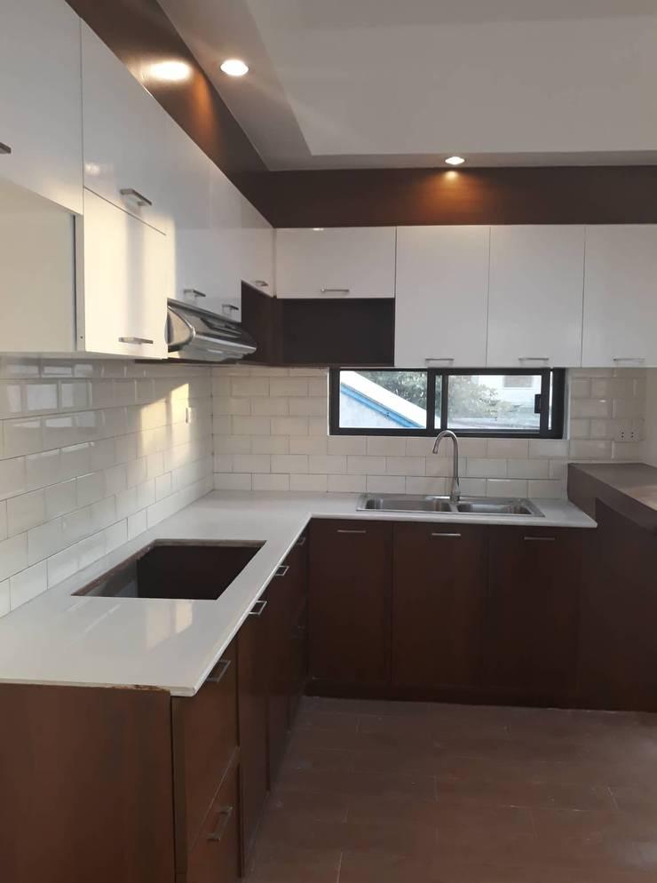 AURORA HOUSE:  Kitchen by ezpaze design+build