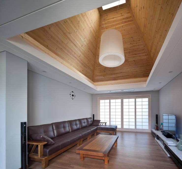 거실 천장: 건축사사무소 에이플랜의  ,