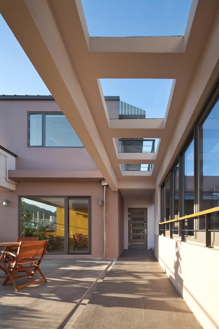 진입마당: 건축사사무소 에이플랜의  ,