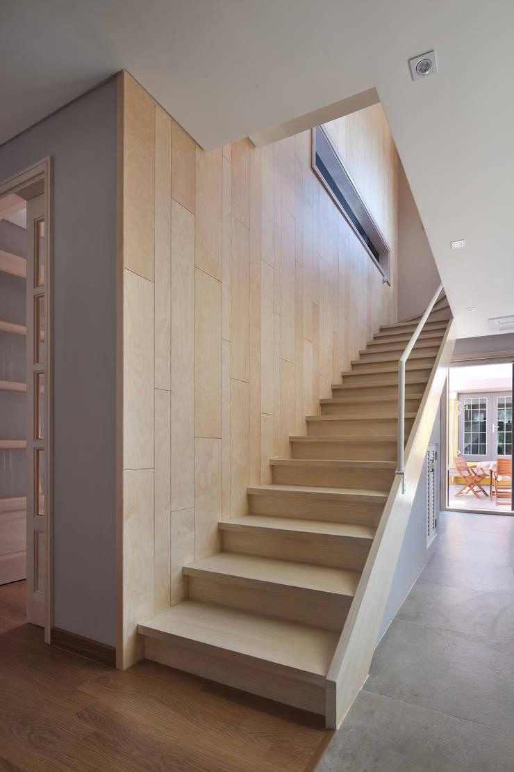 내부 계단: 건축사사무소 에이플랜의  ,