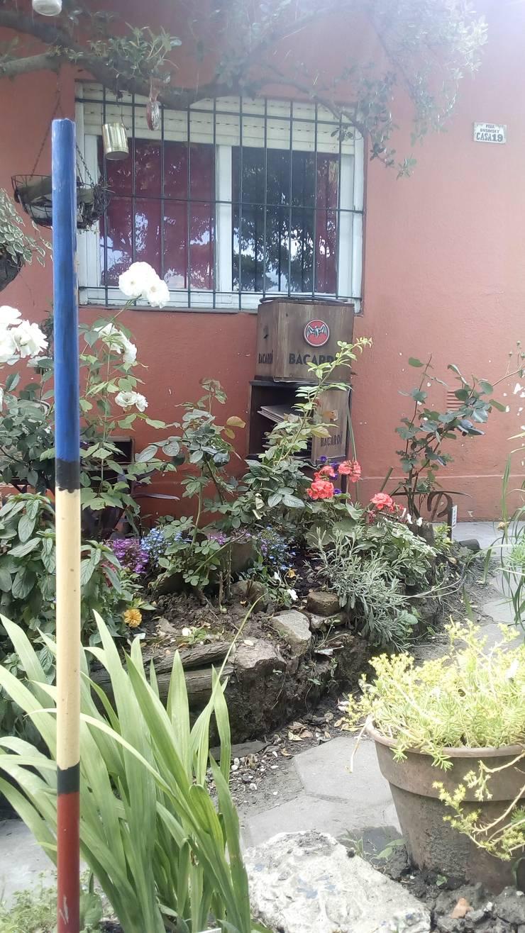 Avenida Apesteguia y Boulevard Dusinsky: Jardines con piedras de estilo  por DUSINSKY S.A.,