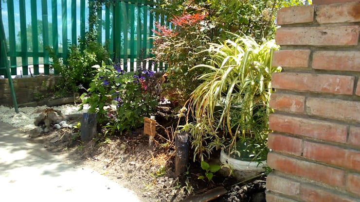 Avenida de La Familia: Jardines con piedras de estilo  por DUSINSKY S.A.,