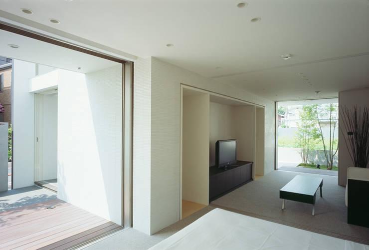 Dormitorios de estilo  por 松岡淳建築設計事務所