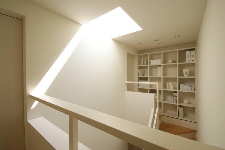 Escaleras de estilo  por 松岡淳建築設計事務所