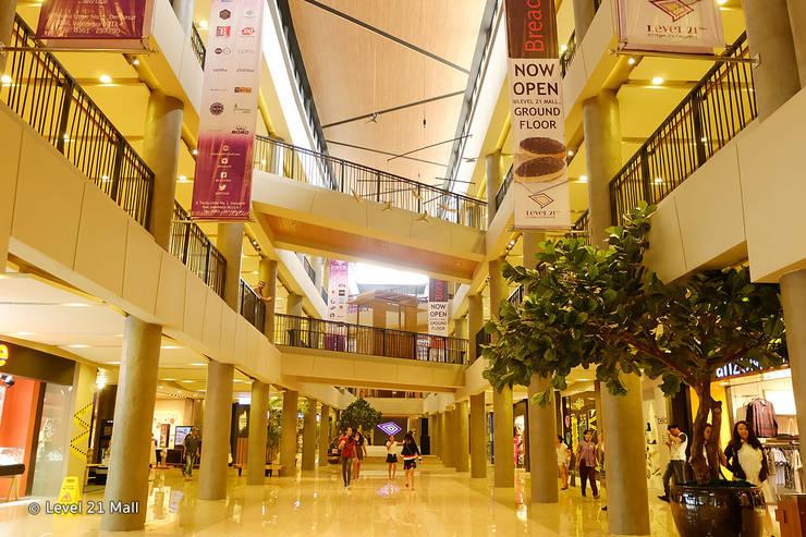 Hallway :  Pusat Perbelanjaan by Bobos Design
