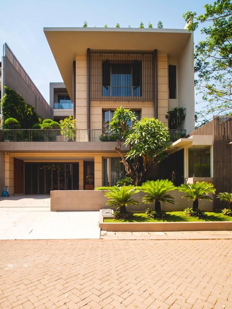 Tampak Depan :  Rumah tinggal  by Bobos Design