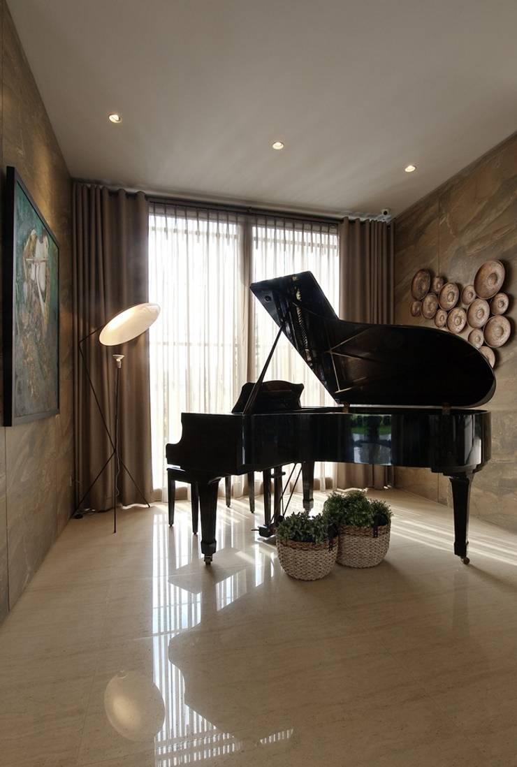 Ruang Piano:  Ruang Multimedia by Bobos Design