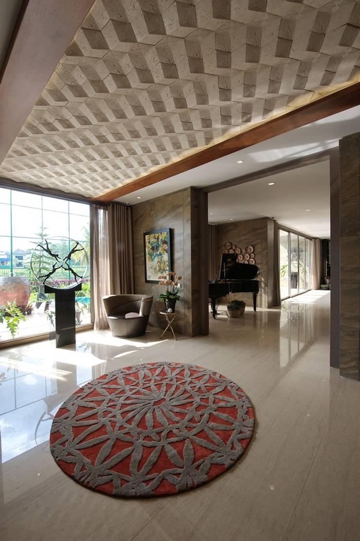 Hall Tengah :  Koridor dan lorong by Bobos Design