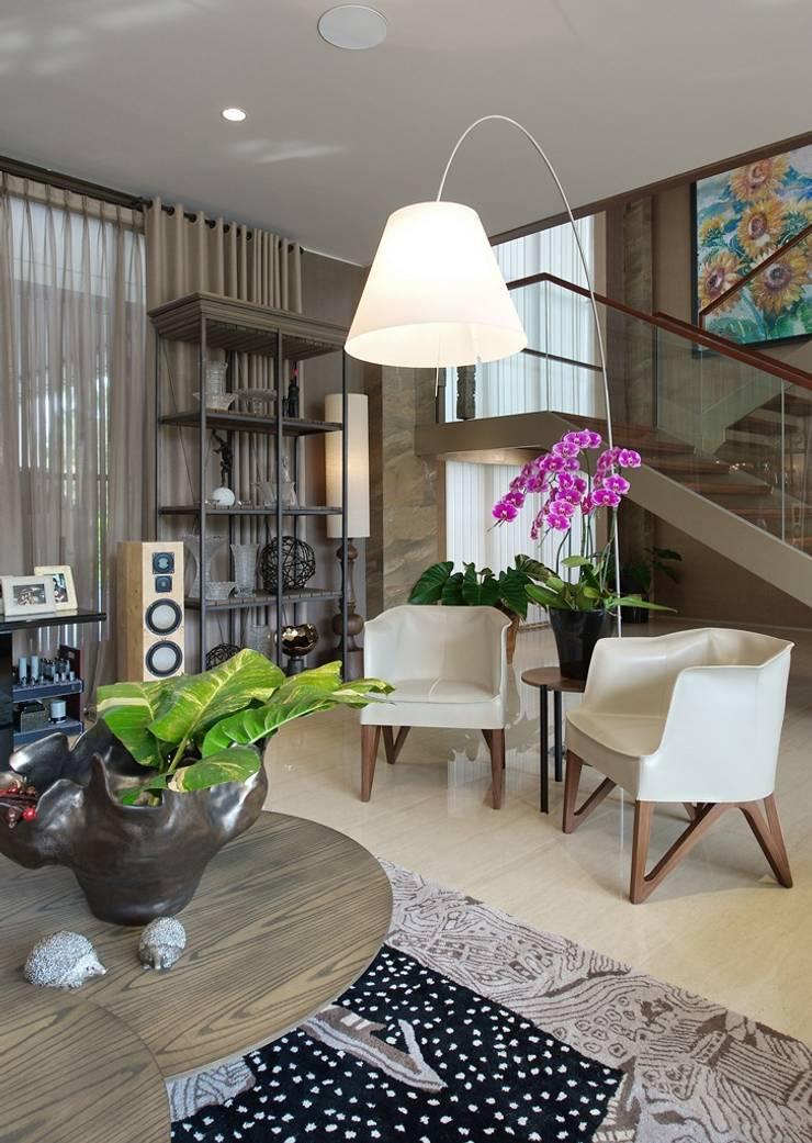Residence - Rancamaya :  Ruang Keluarga by Bobos Design