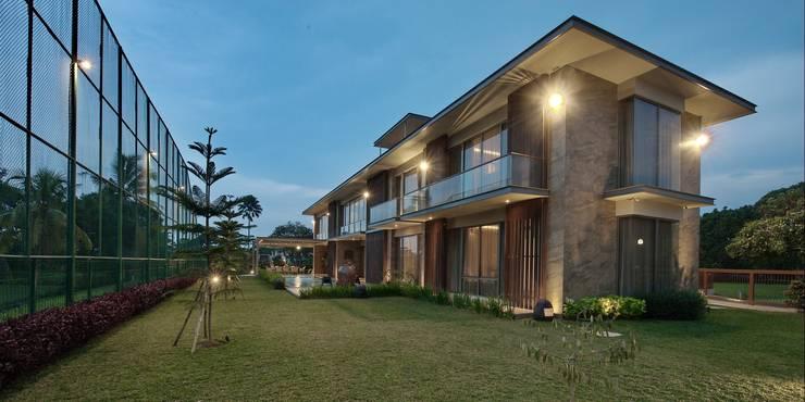 Tampak Samping :  Rumah tinggal  by Bobos Design