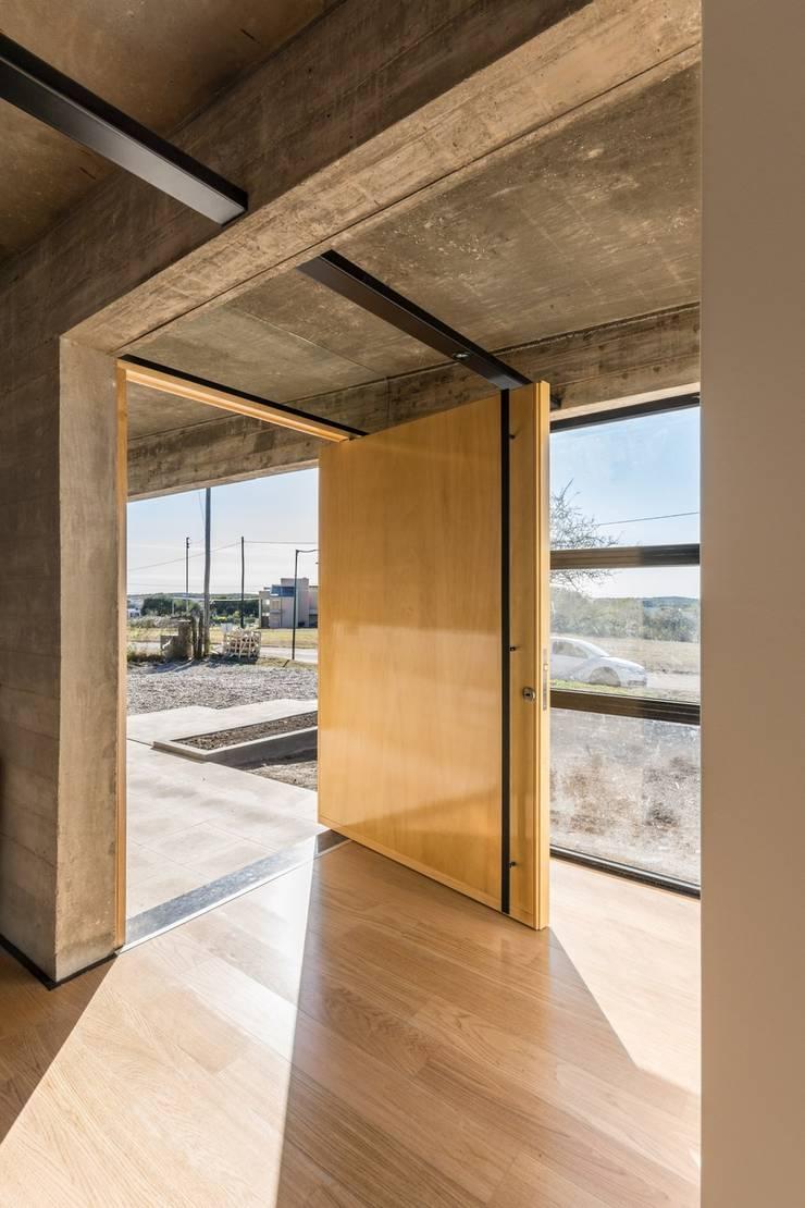 Casa Corzuelas: Puertas de entrada de estilo  por TECTUM