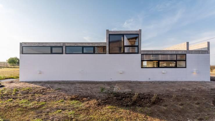 Casa Corzuelas: Casas unifamiliares de estilo  por TECTUM,
