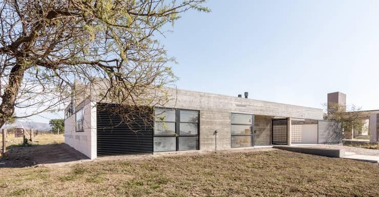 Casa Corzuelas: Casas de estilo  por TECTUM,