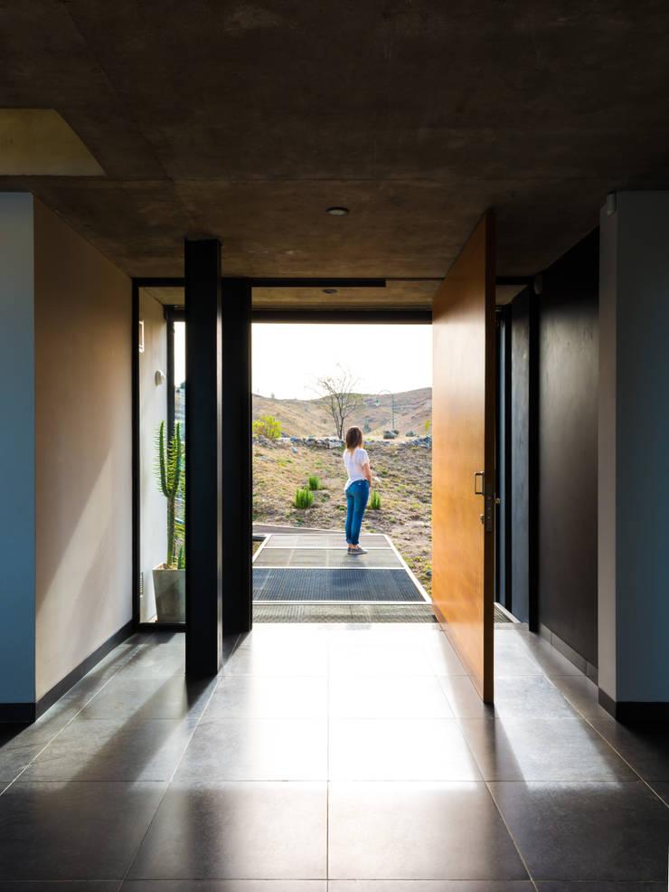 Casa en Los Molinos: Puertas de entrada de estilo  por TECTUM,