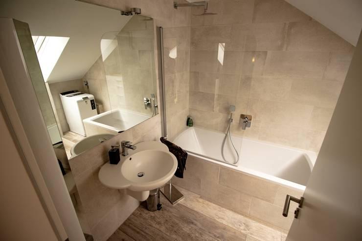 Badezimmer mit Dachschräge:  Badezimmer von Bad Campioni