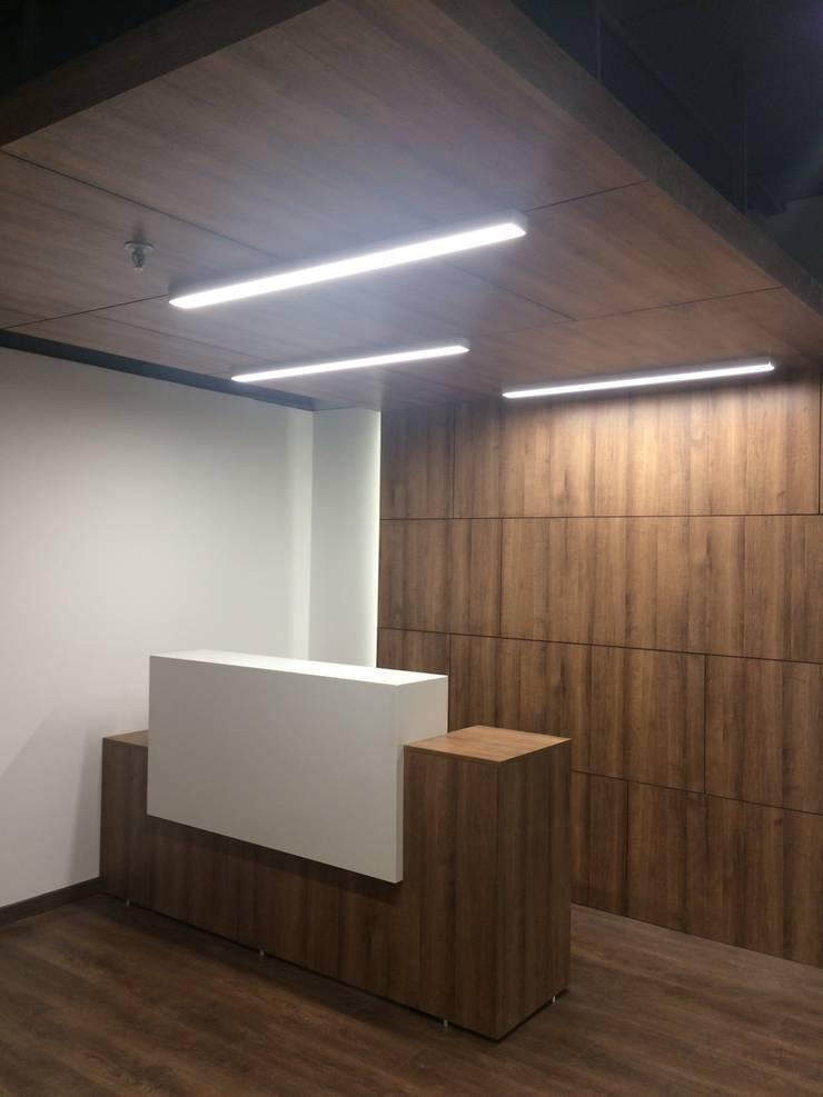 OFICINA ABOGADOS: Estudios y despachos de estilo  por Studio17
