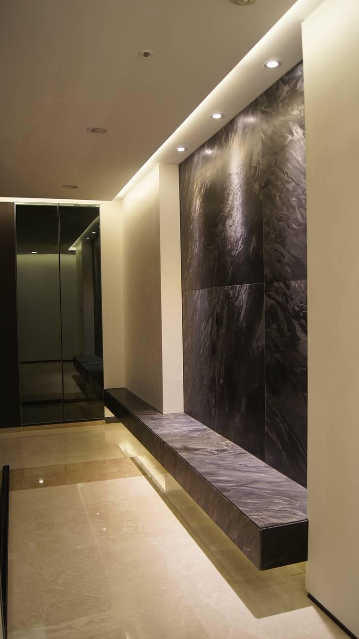삼성동 K씨 하우스: designforn의  벽